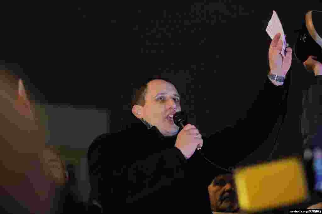 Сустаршыня Беларускай хрысьціянскай дэмакратыі ПавалСевярынец,адзін з арганізатараў пратэсту, прыйшоў на Кастрычніцкую плошчу нягледзячы на папярэджаньне міліцыі.