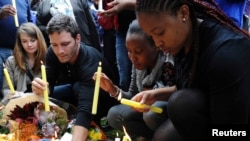 Люди зажигают свечи рядом с домом покойного экс-президента ЮАР Нельсона Манделы.