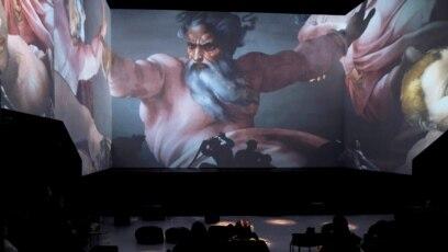 """Publika posmatra djelo Michelangela tokom """"Digital Art House"""" multimedijalnog programa u Rigi, Latvija, 18. januar, 2020."""