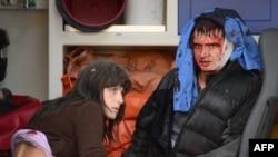 Двое раненных в ожидании медицинской помощи. Куйбышевский район на востоке Украины. 8 октября 2014 года.