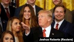 Президент США Дональд Трамп среди стажеров Белого дома