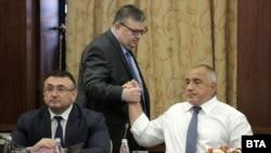 Министърът на вътрешните работи Младен Маринов (вляво), главният прокурор Сотир Цацаров (в средата) и премиерът Бойко Борисов