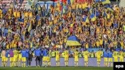 Українська команда вітає уболівальників після перемоги над збірною Фінлндії у відбірковому матчі до Чемпіонату світу з футболу 2018 року. Тампере, Фінляндія, 11 червня 2017 року