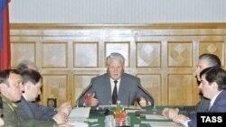 Борис Ельцин на заседании Совбеза в октябре 1993 года