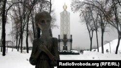 Украинадағы ашаршылық (Голодомор) құрбандарына орнатылған ескерткіш. Киев, 12 ақпан 2013 жыл.
