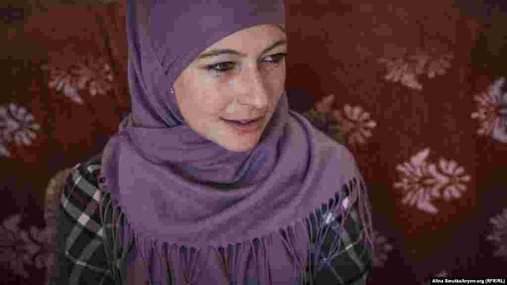 Мер'єм Куку – вчитель англійської та кримськотатарської мов. Поза домашніми справами і поїздками на суди чоловіка вона займається репетиторством