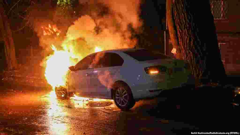 Недовольные действиями Москвы активисты сожгли автомобиль российского дипломатического ведомства в Киеве
