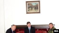 Претседателот Иванов, министерот Коњановски и началникот на ГШ Стојановски