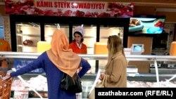 """Aşgabat, """"Kämil bazardaky"""" söwda"""
