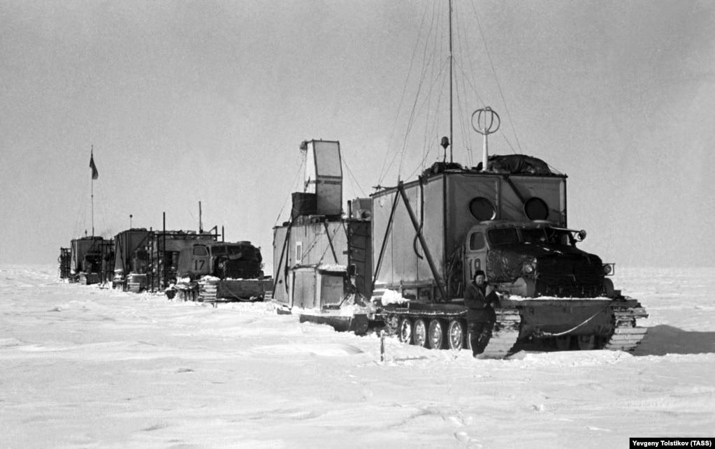 Це була не перша поїздка полярників із Радянського Союзу на найпівденніший континент. Її назвали санно-гусеничним походом третьої Радянської антарктичної експедиції. Очолював похід дослідник і науковець Євген Толстіков, який багато працював в Арктиці та в Антарктиці. Він є автором цієї фотографії