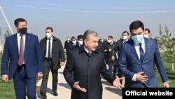 Президент Шавкат Мирзиёев Чиноз туманида. Президент матбуот хизмати фотоси.