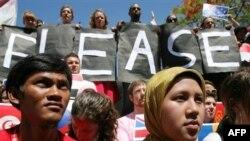 تظاهرات حامیان محیط زیست در برابر محل نشست و درخواست برای نجات زمین ...