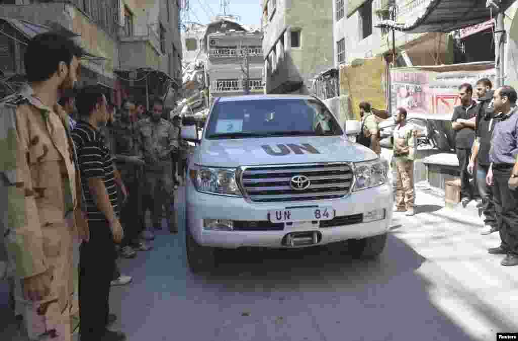 Конвой бойцов Свободной Сирийской армии вокруг машины представительства ООН