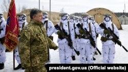 Президент України, Верховний головнокомандувач ЗСУ Петро Порошенко з бійцями Сил спеціальних операцій (ССО) на полігоні в Житомирській області, 17 січня 2019 року