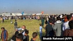 Толпы желающих вылететь из Афганистана людей в аэропорту Кабула. 16 августа 2021 года