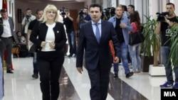 Лидерот на СДСМ Зоран Заев пристигнува на една од лидерските средби.