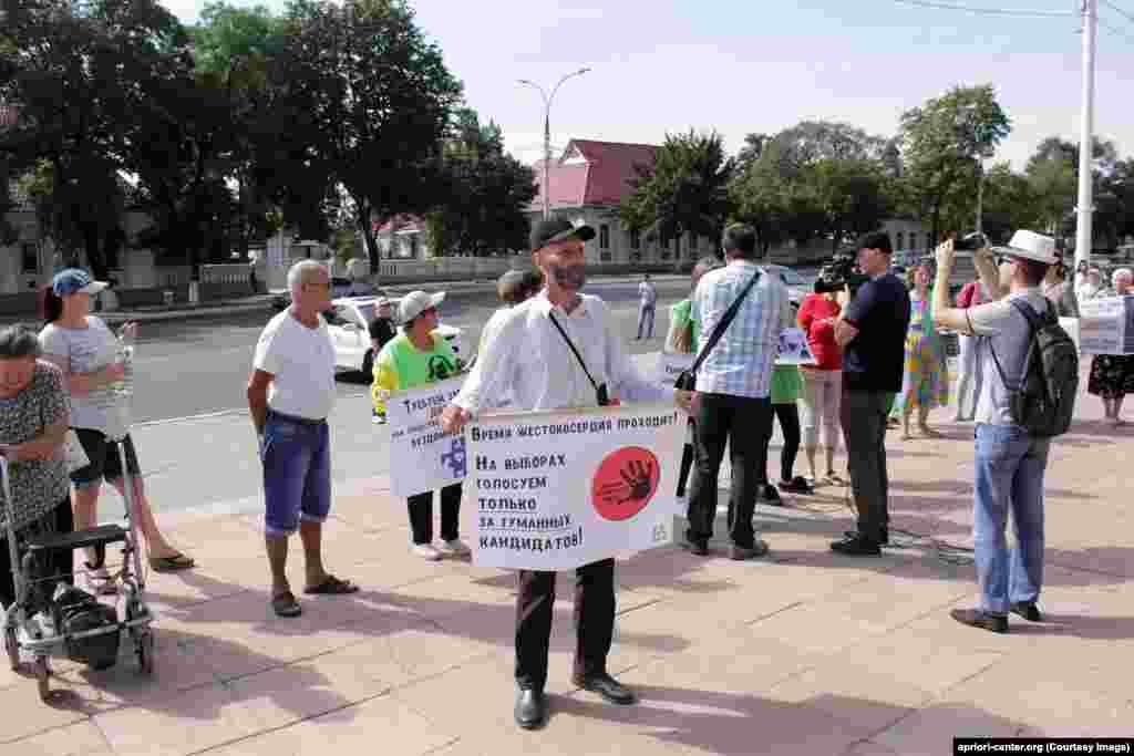 """""""La alegeri votăm doar pentru candidați care susțin metodele umane de soluționare a problemei animalelor fără stăpân"""". Pichet în susținerea drepturilor animalelor la Tiraspol, în fața Sovietului suprem."""