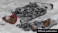 Операцияда өлтүрүлгөн эки адамдын жанынан чыккан курал-жарак. 11-декабрь, 2015-жыл
