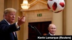 Дональд Трамп (слева) и Владимир Путин на саммите в Хельсинки. 16 июля 2018 года