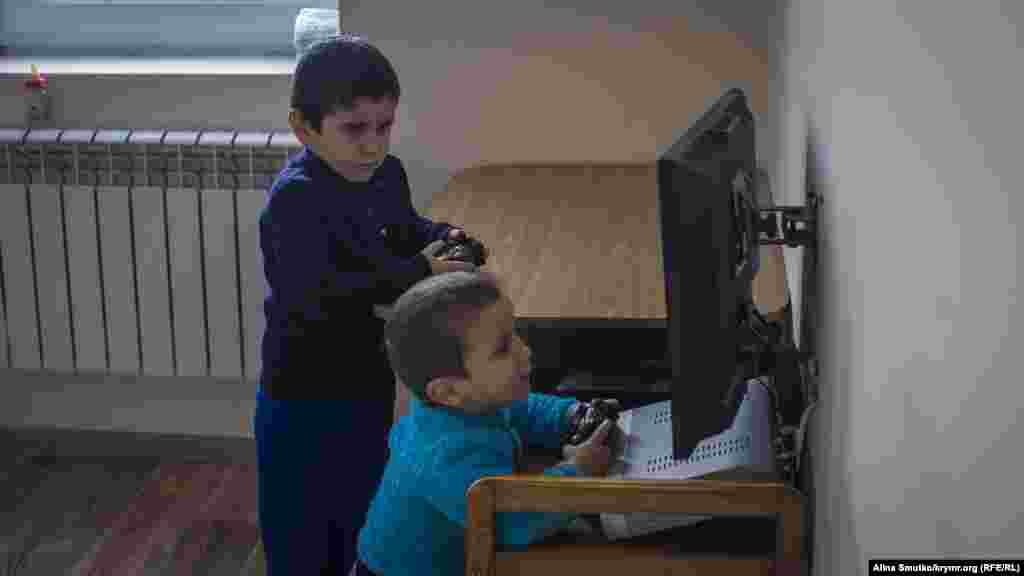 Сыновья Алиме и Энвера – Умар и Сахир – играют дома в Бахчисарае