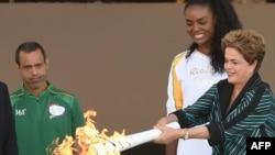 Бразилия президенті Дилма Руссефф Олимпиада алауын ұстап тұр. Рио-де-Жанейро, 3 тамыз 2013 дыл.