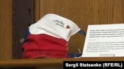 Маска із чеським прапором символізує солідарність, яку виявляли люди впродовж коронавірусної кризи