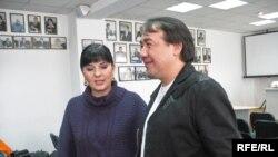 """Певица Карина Абдуллина и композитор-гитарист Булат Сыздыков во время презентации нового альбома """"Как всегда"""". Алматы, 29 декабря 2005 года."""