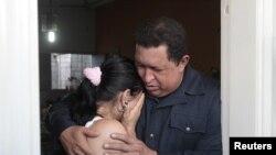 Уго Чавес с одной из пострадавшей при пожаре.