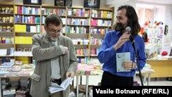 Matei Vișniec cu Emil Galaicu-Paun la Librăria Editurii Cartier la Chișinău în 2012