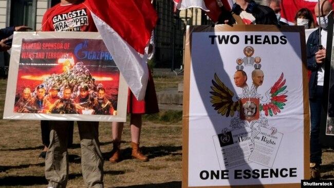 Під час акції на підтримку протестів у Білорусі проти режиму Олександра Лукашенка перед будівлею Європейського парламенту в Брюсселі, Бельгія, 21 вересня 2020 року