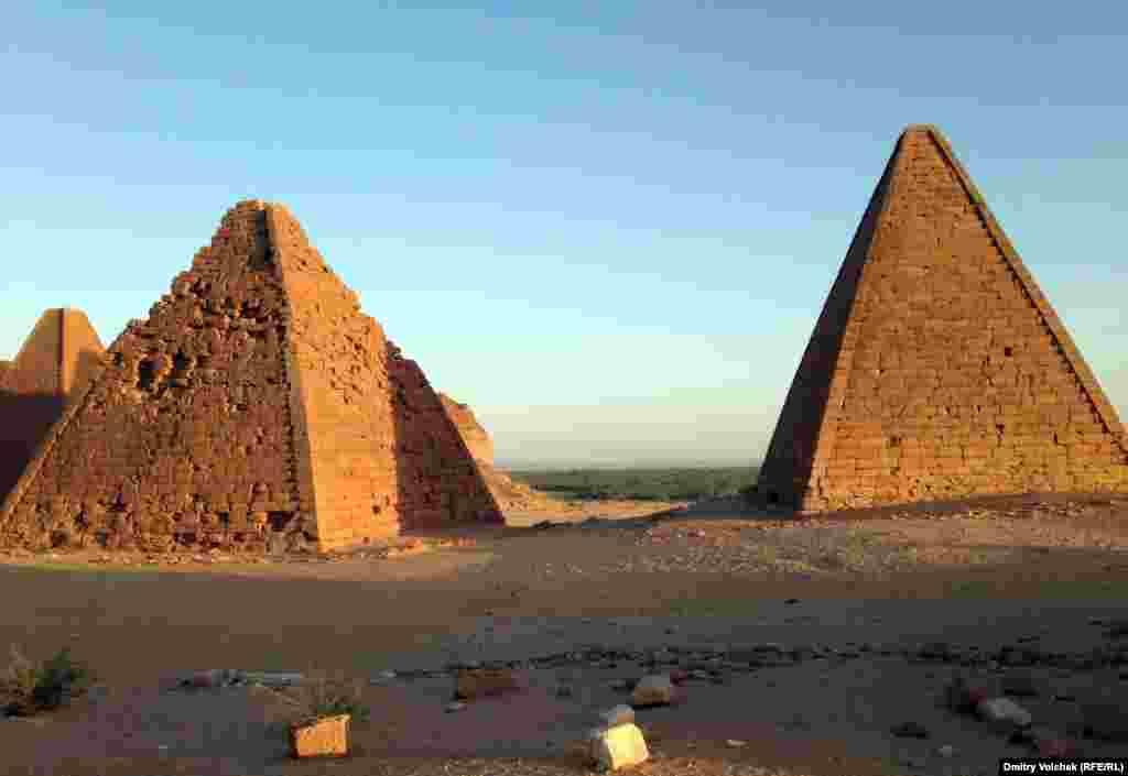 Пирамиды в Напате возле священной горы Джебель-Баркал