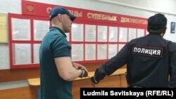 Артем Милушкин в коридоре суда