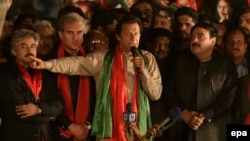 Imran Khan (C) the leader of Tehreek-e Insaf.