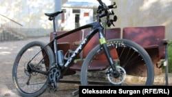 Велосипед Мовенка під будівлею Гагарінського суду