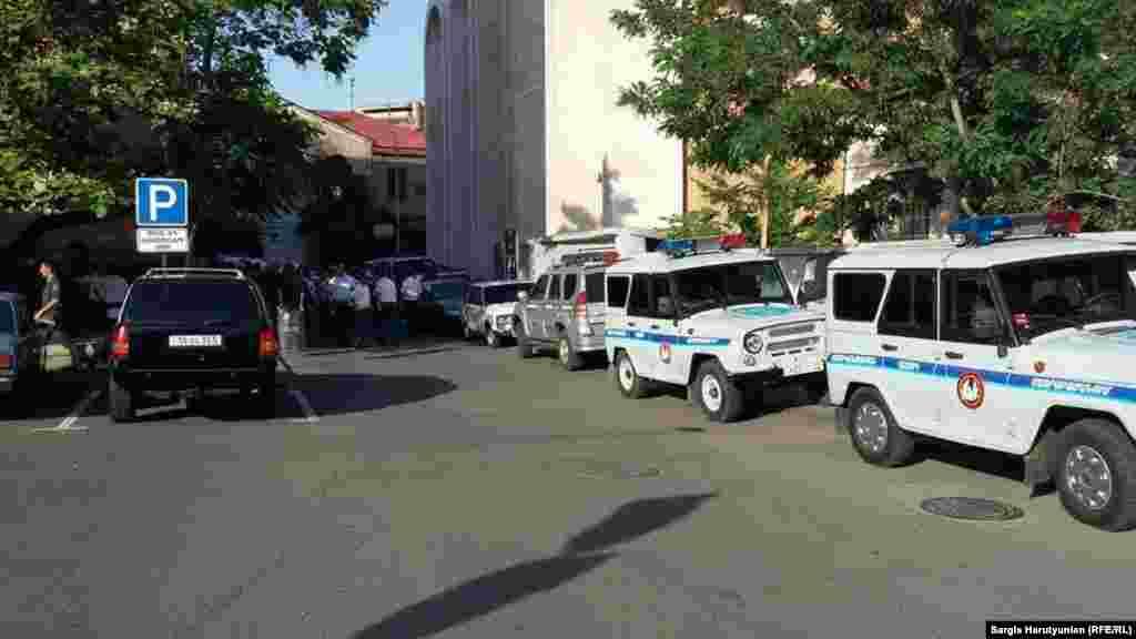 Армения - Силы полиции стягиваются к проспекту Баграмяна и улице Демирчяна, пока протестующие готовятся начать марш к президентскому дворцу, Ереван, 22 июня 2015 г.