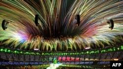 Londondaky Olimpiýa oýunlarynyň ýapylyş dabarasynda asmana atylan feýrworklaryň Atletler stadionynyň ýokarsynda ýarylýan pursaty. 12-nji awgust, 2012.