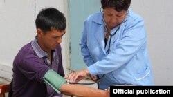 Во время медицинского осмотра в Джеты-Огузе, 4 июня. Фото пресс-службы Минздрава КР
