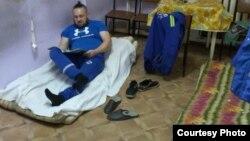 Водитель скорой помощи Павел Денисов в комнате отдыха