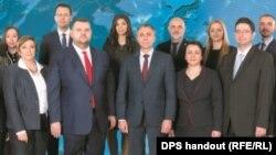Единствената поява на Пеевски е на плаката с кандидатите на ДПС. Не е известно кога е направена снимката.