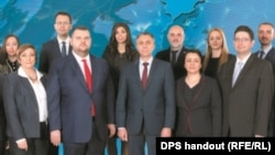 Pevski (prvi red, drugi lijevo) pojavljuje se s drugim kandidatima na posteru stranke Pokret za prava i slobode, u kampanji za evropske izbore.