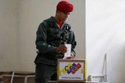 Солдат Национальной гвардии Венесуэлы на выборах 8 декабря