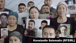 Родственники пропавших в Китае этнических казахов встречаются с прессой в Казахстане. Кадр из фильма «Внутренний секрет Китая».