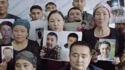 """Родственники пропавших в Китае этнических казахов встречаются с прессой в Казахстане. Кадр из фильма """"Внутренний секрет Китая""""."""