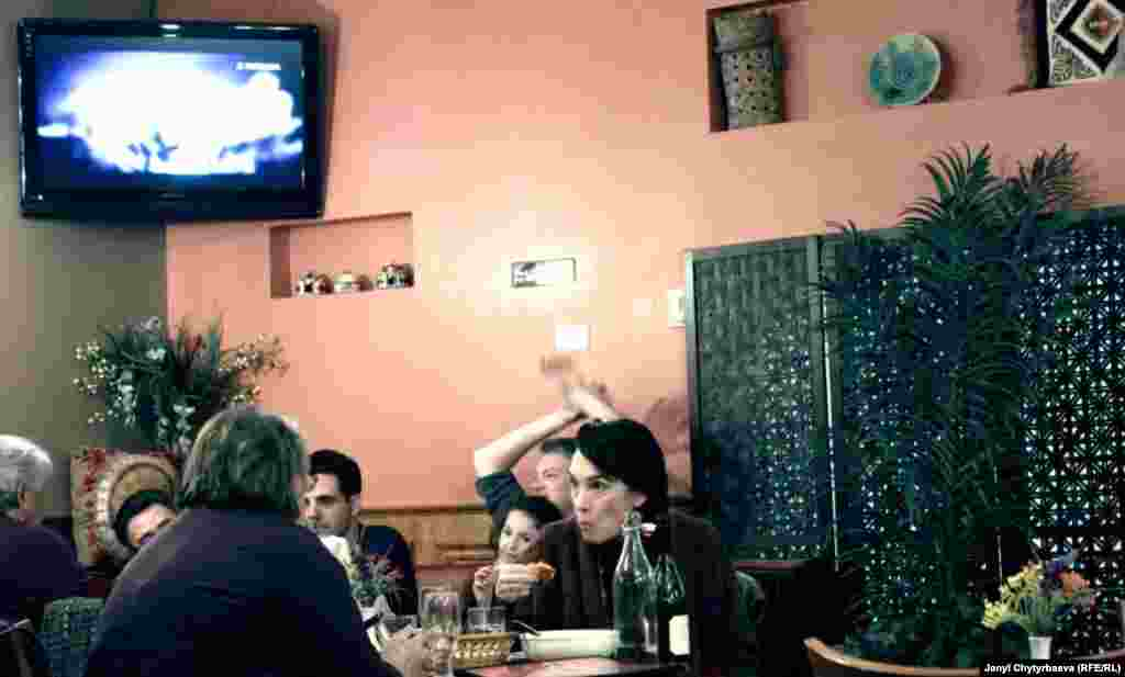 """Кыргыздардын """"Жибек жолу"""" ресторанына күндүз кыргыз таксисттери көп келсе өзгөчө жума, ишемби күндөрү башкалар көп келет."""
