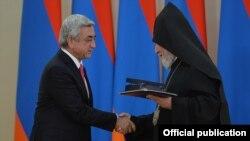 Президент Армении Серж Саргсян награждает Католикоса всех армян Гарегина Второго Почетным Орденом, Ереван, 21 сентября 2015 г․