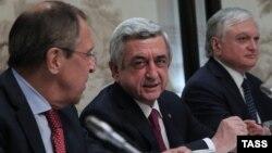 Austria - Russia's Foreign Minister Sergei Lavrov, Armenia's President Serzh Sargsyan and Armenia's Foreign Minister Edward Nalbandian (L-R) attend a meeting with Azerbaijan's President Ilham Aliyev in Vienna, 16May2016.