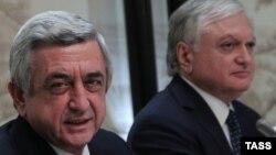 Ermənistan prezidenti Serj Sarkisyan (solda) və xarici işlər naziri Edvard Nalbandyan