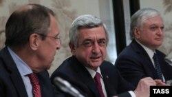 Austria - Russia's Foreign Minister Sergei Lavrov, Armenia's President Serzh Sargsyan and Armenia's Foreign Minister Edward Nalbandian (L-R) attend a meeting of Armenia's President Serzh Sargsyan and Azerbaijan's President Ilham Aliyev mediated by the OS