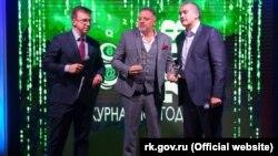 Олег Крючков (в центре) с Сергеем Аксеновым