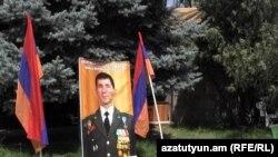 Վոլոդյա Ավետիսյանի զինակիցները վերջինիս ազատ արձակելու պահանջով նստացույց սկսեցին Ազատության հրապարակում, Երևան, 25-ը հուլիսի, 2015թ․